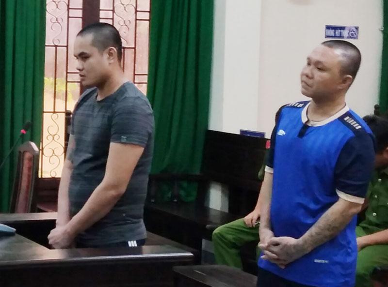 Bị cáo Sang (trái) và bị cáo Vi tại phiên tòa.