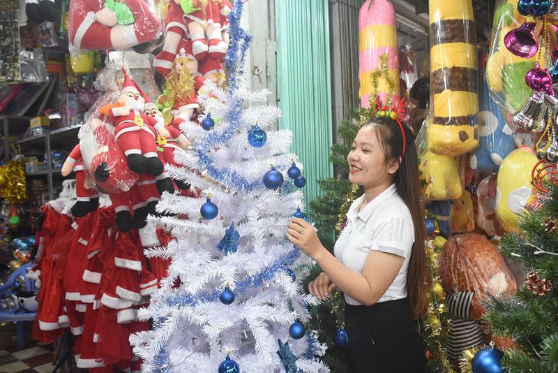 Khách hàng chọn mua các sản phẩm Noel để trưng bày tại nhà. Ảnh: Cẩm Trúc