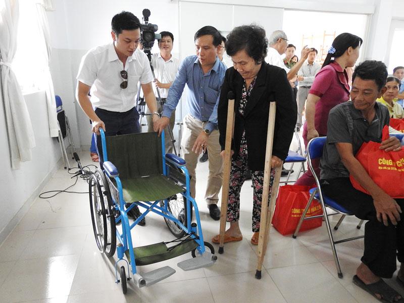 Hội Bảo trợ bệnh nhân nghèo, người tàn tật và trẻ mồ côi tỉnh vận động mạnh thường quân trao tặng xe lăn cho người khuyết tật. Ảnh: Thanh Đồng