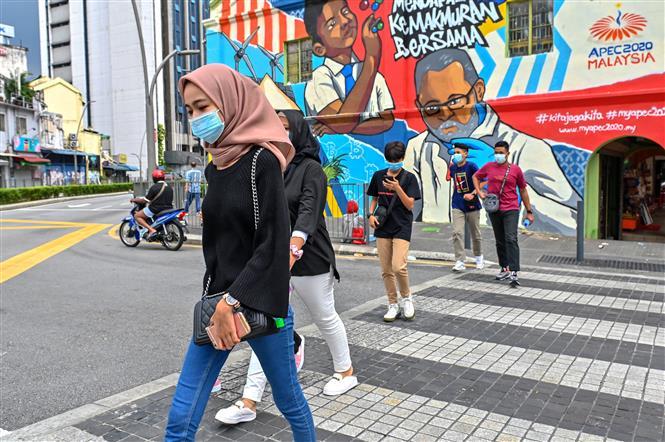 Đeo khẩu trang phòng dịch COVID-19 tại Malaysia. Ảnh: Straits Times
