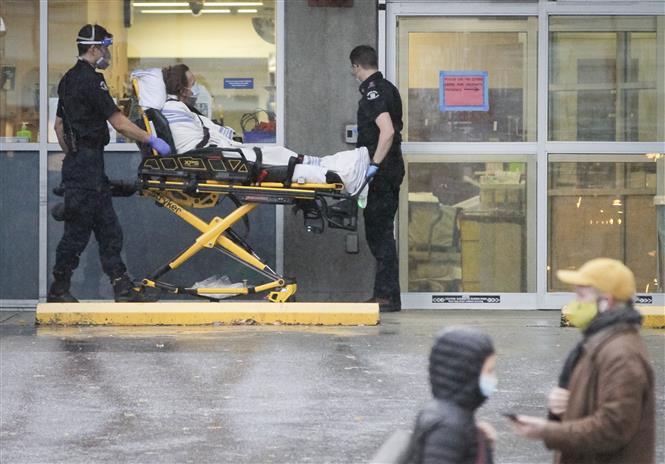 Chuyển bệnh nhân nhiễm COVID-19 tới bệnh viện ở Vancouver, British Columbia, Canada, ngày 24-11-2020. Ảnh: THX/TTXVN