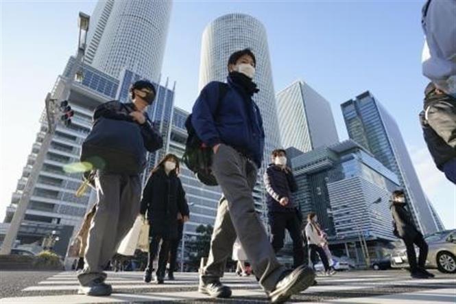 Người dân di chuyển trên đường phố tại Tokyo, Nhật Bản, ngày 21-12-2020. Ảnh: Kyodo/ TTXVN