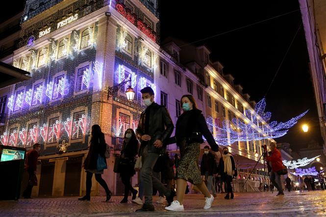 Người dân đeo khẩu trang phòng lây nhiễm COVID-19 tại Lisbon, Bồ Đào Nha, ngày 17-12-2020. Ảnh: THX/ TTXVN