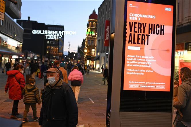 Người dân đeo khẩu trang phòng lây nhiễm COVID-19 tại Newcastle-upon-Tyne, đông bắc England ngày 19-12-2020. Ảnh: AFP/TTXVN