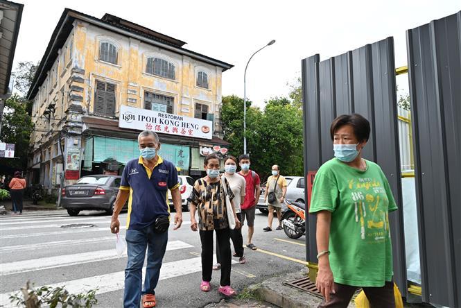 Người dân đeo khẩu trang phòng lây nhiễm COVID-19 tại Ipoh, Malaysia, ngày 20-12-2020. Ảnh: THX/ TTXVN