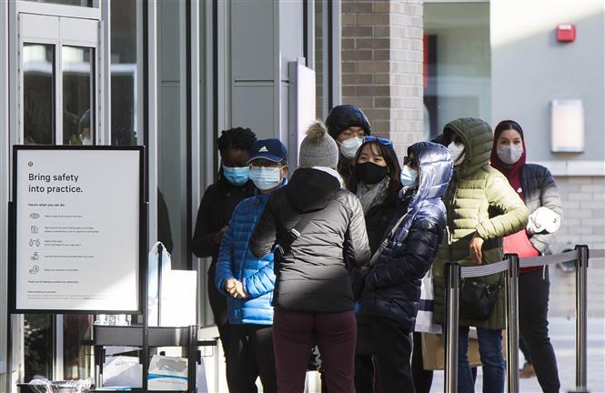 Người dân đeo khẩu trang phòng lây nhiễm COVID-19 tại Halton Hills, Ontario, Canada, ngày 28-11-2020. Ảnh: THX/ TTXVN