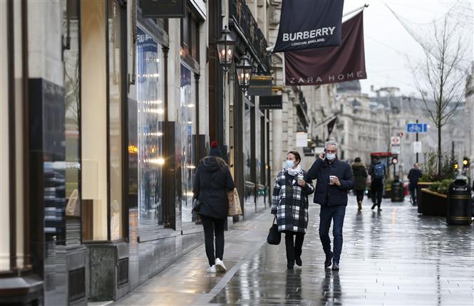 Người dân đeo khẩu trang phòng lây nhiễm COVID-19 tại London, Anh, ngày 21-12-2020. Ảnh: THX/ TTXVN