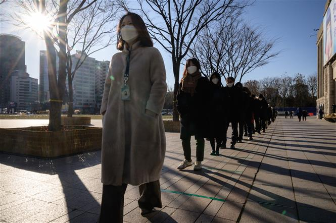 Người dân xếp hàng chờ lấy mẫu xét nghiệm COVID-19 tại Seoul, Hàn Quốc ngày 17-12-2020. Ảnh: AFP/TTXVN