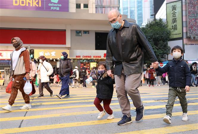Người dân đeo khẩu trang phòng lây nhiễm COVID-19 tại Hong Kong, Trung Quốc, ngày 20-12-2020. Ảnh: THX/ TTXVN
