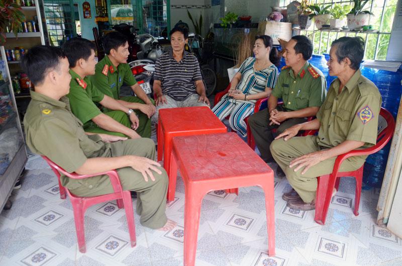 Lực lượng Công an xã xuống cơ sở nắm bắt tâm tư, nguyện vọng của người dân.