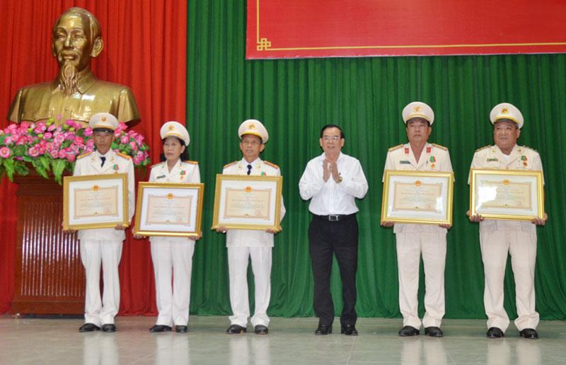 Chủ tịch UBND tỉnh Trần Ngọc Tam trao Huân chương bảo vệ Tổ quốc cho các cá nhân. Ảnh: Hải Đăng