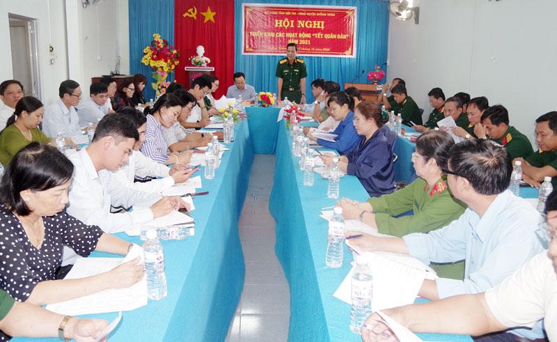 Đại tá Võ Văn Hội, Chỉ huy trưởng Bộ Chỉ huy Quân sự tỉnh ghi nhận những ý kiến đóng góp của các đại biểu tại hội nghị. Ảnh: Đặng Thạch