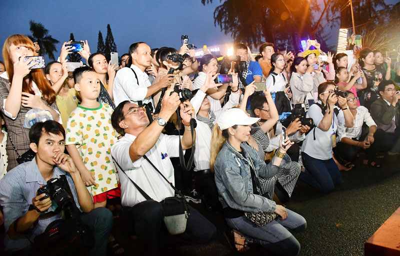 Tác nghiệp tại Lễ hội Dừa Bến Tre. Ảnh: Hữu Hiệp