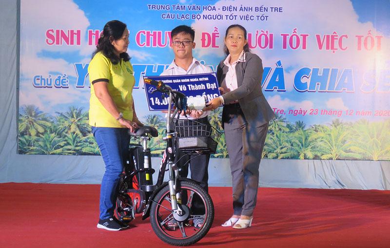 Mạnh thường quân hỗ trợ kinh phí và xe đạp cho em Võ Thành Đạt.