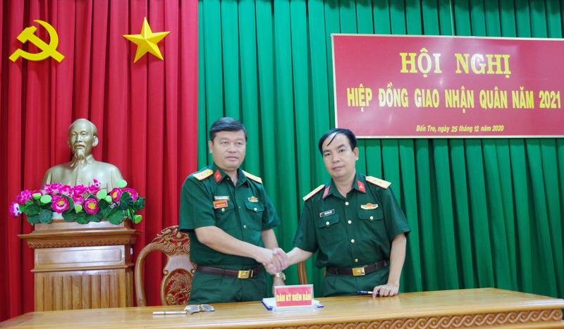 Tổ chức ký kết với các đơn vị nhận quân.