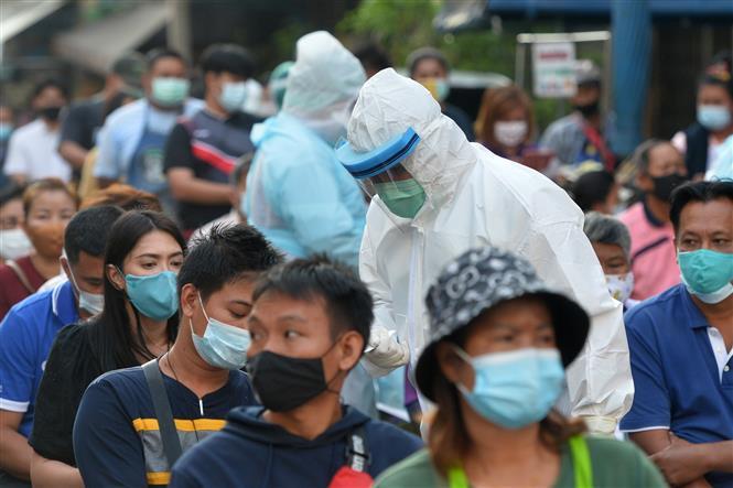 Người dân chờ xét nghiệm COVID-19 tại tỉnh Samut Sakhon, Thái Lan, ngày 22-12-2020. Ảnh: THX/ TTXVN