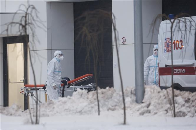 Chuyển bệnh nhân COVID-19 tới bệnh viện ở Kommunarka, ngoại ô Moskva (Nga) ngày 25-12-2020. Ảnh: THX/TTXVN