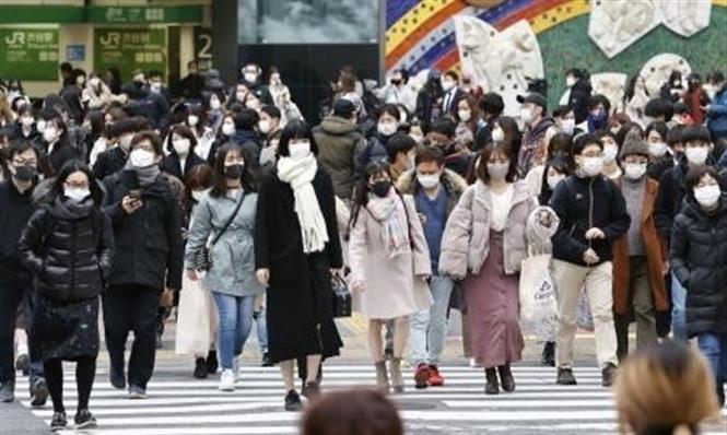 Người dân đeo khẩu trang phòng dịch COVID-19 tại Tokyo, Nhật Bản ngày 24-12-2020. Ảnh: Kyodo/TTXVN