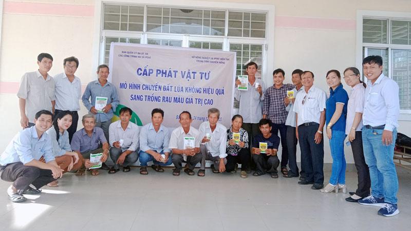 5 hộ dân tại xã Tân Thủy nhận vật tư cấp phát. Ảnh: Trần Vân