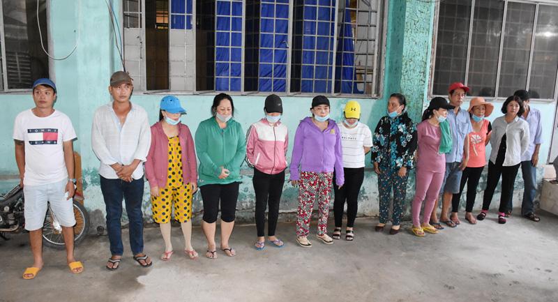 Các đối tượng đá gà tại xã Tam Phước huyện Châu Thành.Ảnh: Quang Duy.