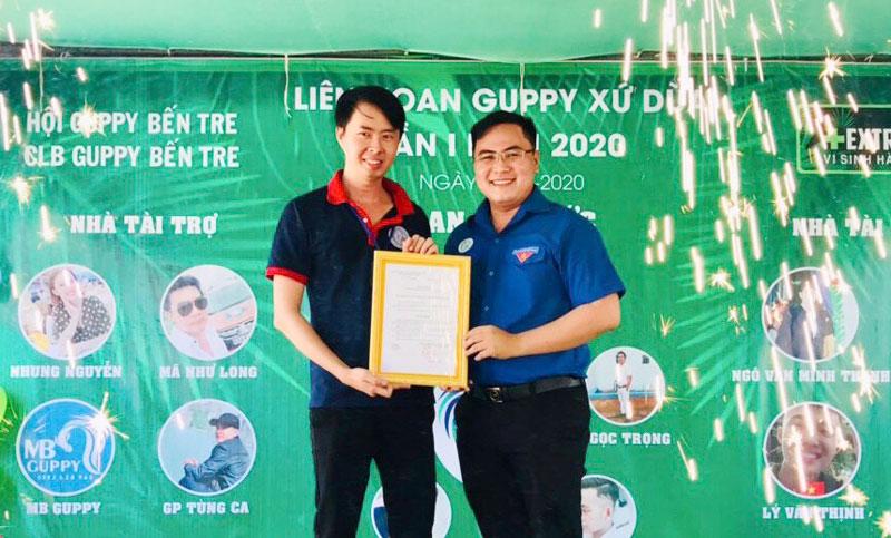 Anh Phan Thanh Trẻ - Phó chủ tịch Thường trực Hội Liên hiệp Thanh niên Việt Nam tỉnh (bên phải) trao quyết định thành lập câu lạc bộ.