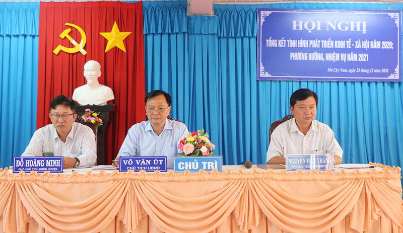 Lãnh đạo huyện chủ trì hội nghị tổng kết năm 2020.
