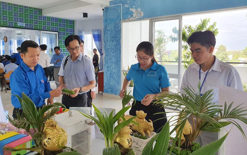 Đoàn viên, thanh niên tham quan điểm trưng bày các sản phẩm khởi nghiệp.