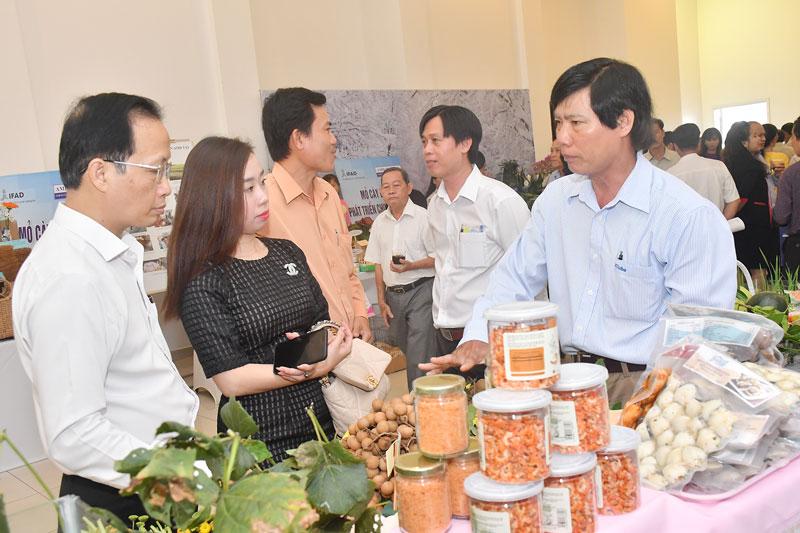 Trưng bày các sản phẩm của hộ nông dân tham gia dự án.