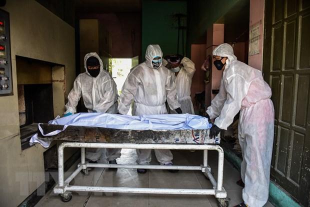 Chuyển thi thể bệnh nhân COVID-19 tới nhà xác bệnh viện ở Manila, Philippines. (Ảnh: AFP/TTXVN)