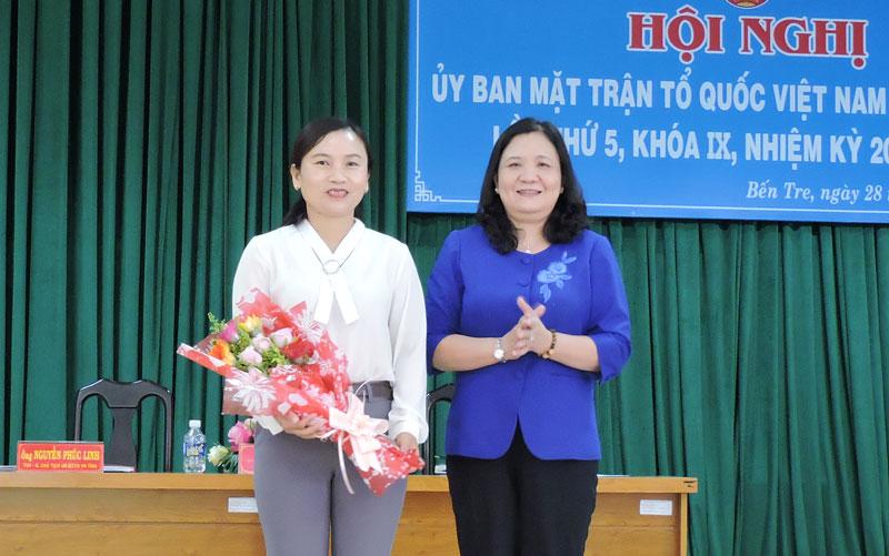 Phó bí thư Thường trực Tỉnh ủy Hồ Thị Hoàng Yến trao hoa chúc mừng Phó chủ tịch Ủy ban MTTQ Việt Nam tỉnh Nguyễn Thị Mai Rý.