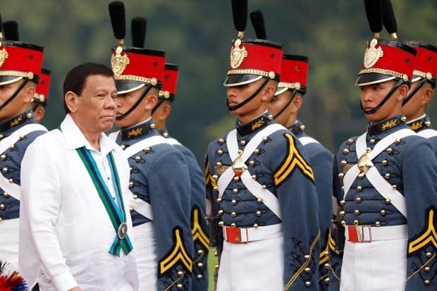 Tổng thống Philippines Rodrigo Duterte thăm các học viên quân sự. (Ảnh: Reuters)