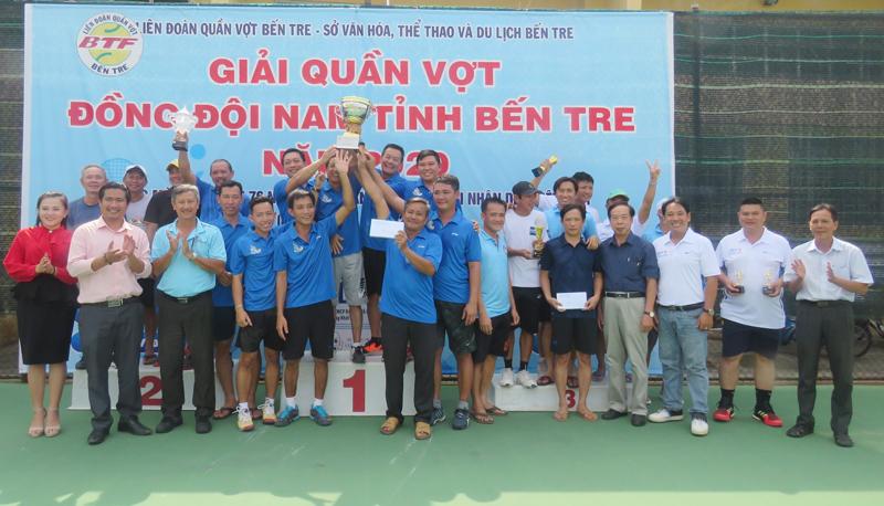 Ban tổ chức trao giải cho các CLB đạt giải.
