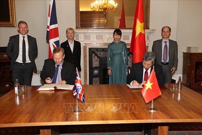 Đại sứ Việt Nam Trần Ngọc An và Đại sứ Vương quốc Anh Gareth Edward Ward ký Hiệp định Thương mại tự do Việt Nam - Vương quốc Anh. Ảnh: TTXVN phát