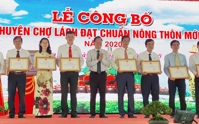 Bí thư Tỉnh ủy Phan Văn Mãi trao bằng khen cho các tập thể tiêu biểu  trong thi đua xây dựng NTM huyện Chợ Lách.