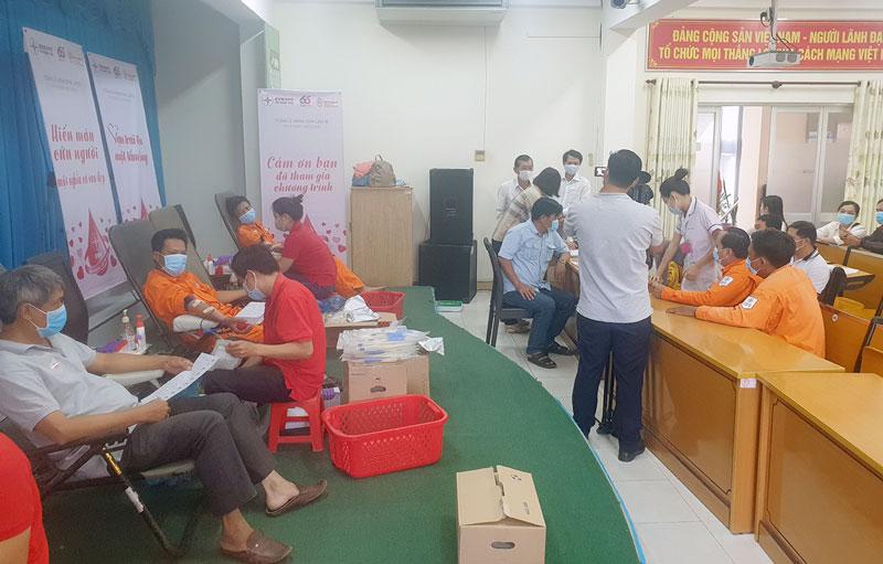 """Công đoàn viên Điện lực Thạnh Phú cùng CBCNV Điện lực Bến Tre tham gia chương trình hiến máu nhân đạo """"Vạn Trái Tim Một Tấm Lòng""""."""