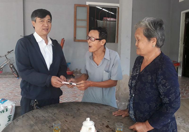 Ông Phạm Hoàng Huân - Chủ tịch Công đoàn Điện lực Thạnh Phú đến thăm hỗ trợ gia đình cụ Nguyễn Văn Em ngụ ấp An Bình xã Mỹ An huyện Thạnh Phú.