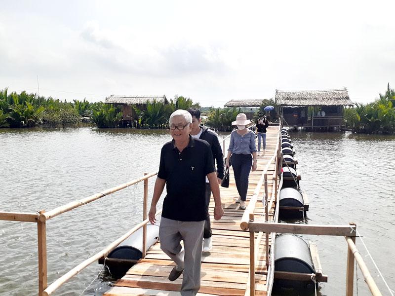 Du khách tham quan Khu du lịch Người giữ rừng tại xã Thạnh Phước, huyện Bình Đại. Ảnh: Minh Nhân