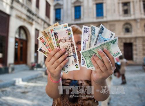 Cuba sẽ xóa bỏ hệ thống tiền tệ kép và hối đoái, xóa bỏ một phần các khoản trợ cấp không phù hợp. Ảnh: AFP/TTXVN