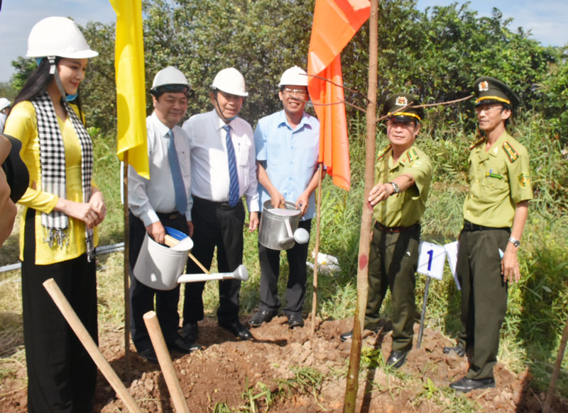 Phó thủ tướng trồng cây tại Bình Đại.