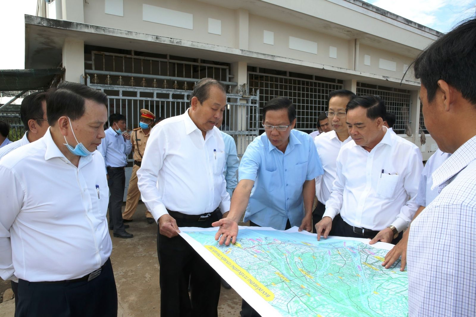 Phó thủ tướng Thường trực Chính phủ Trương Hòa Bình nghe lãnh đạo tỉnh đề xuất xây cầu, thay thế Bến phà Bình Tân, xã Thới Bình, huyện Bình Đại.