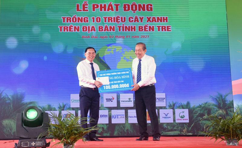 Phó thủ tướng Thường trực Chính phủ Trương Hòa Bình ủng hộ tỉnh Bến Tre 100 triệu đồng góp phần thực hiện Đề án trồng 10 triệu cây xanh.
