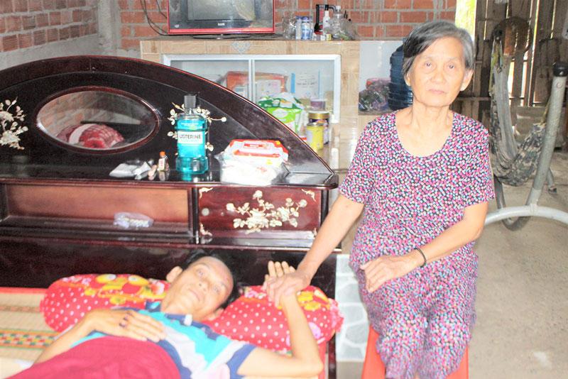 Sau tai nạn, anh Võ Ái Nhân phải nằm trên giường, mọi sinh hoạt đều nhờ vào người mẹ và vợ chăm sóc. Ảnh: H. Đức