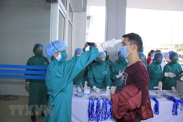 Kiểm tra, cách ly lao động người Trung Quốc để phòng chống bệnh COVID-19. Ảnh: TTXVN