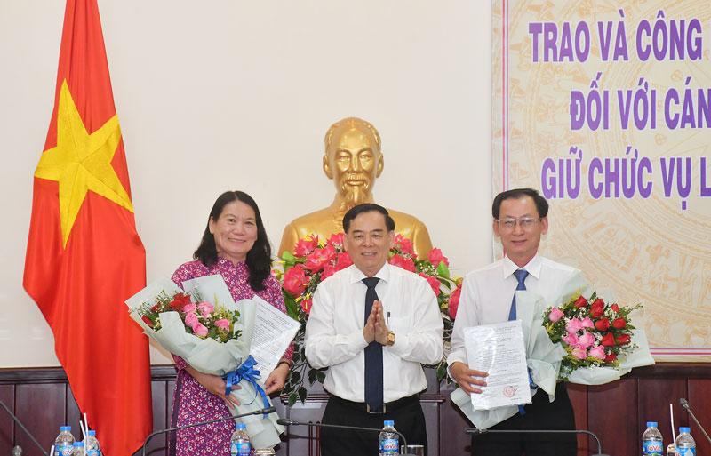 Chủ tịch UBND tỉnh Trần Ngọc Tam trao quyết định phê chuẩn của Thủ tướng Chính phủ cho 2 Phó chủ tịch UBND tỉnh.