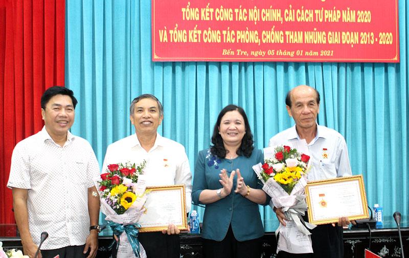 Trao Kỷ niệm chương Vì sự nghiệp Nội chính Đảng cho cán bộ có nhiều đóng góp trong công tác nội chính.