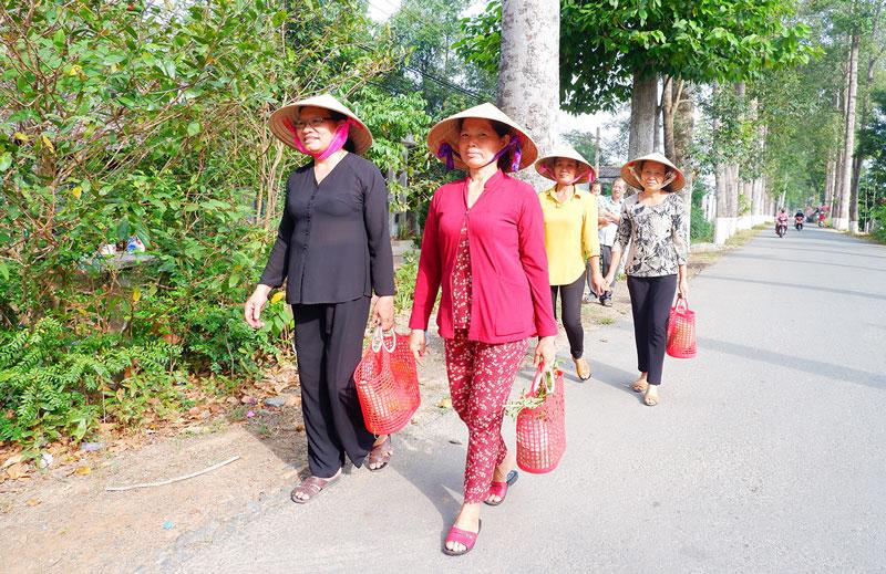 Phụ nữ ấp Phú Lợi, xã Phú Khánh tạo thói quen xách giỏ đi chợ, hạn chế sử dụng túi nylon.