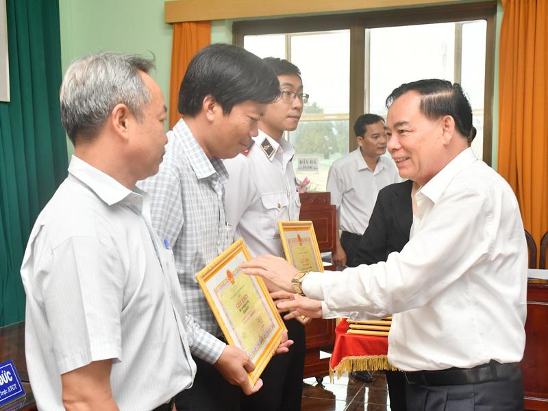 Chủ tịch UBND tỉnh Trần Ngọc Tam trao giấy khen cho các tập thể tiêu biểu