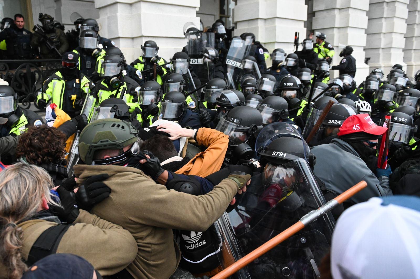 Cảnh sát ngăn người biểu tình quá khích đột nhập vào tòa nhà Quốc hội Mỹ ở Washington D.C ngày 6-1-2021. Ảnh: AFP/TTXVN