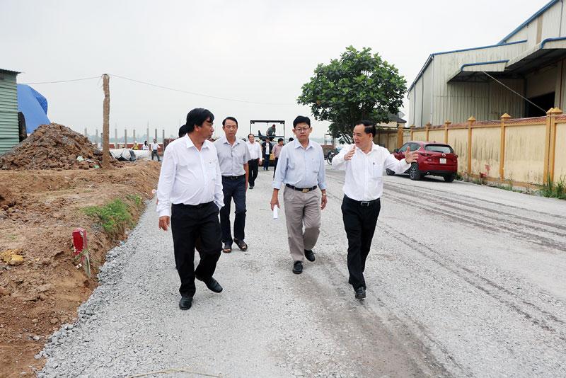 Chủ tịch UBND tỉnh Trần Ngọc Tam khảo sát đường dẫn ra quốc lộ 1 phía tỉnh Tiền Giang.