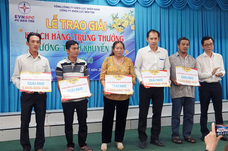 Đại diện Công ty Điện lực Bến Tre trao giải thưởng cho khách hàng đạt giải tại chương trình.